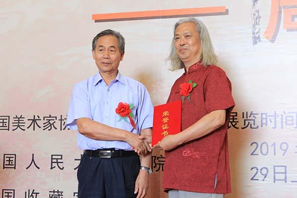 10,文化部原副部长常克仁先生向周铭先生颁发荣誉证书.JPG