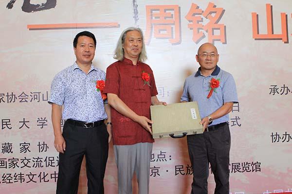11,为祝贺展览的开幕,西平儒商会向周铭先生赠送了文房四宝.JPG